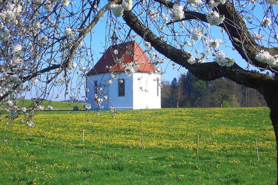 RW 16 Kapelle im Frühling