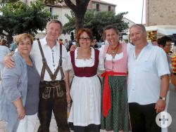 Fünf Personen bei der Partnerschaftsfeier in St. Genis des Fontaines