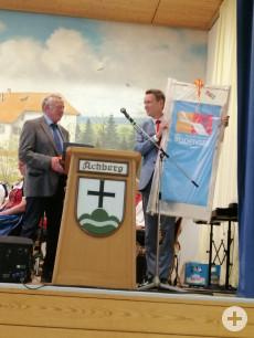 Geschenkübergabe durch Landrat Harald Sievers