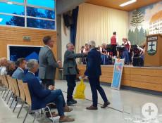 Geschenkübergabe durch Bürgermeister Peter Smigoc